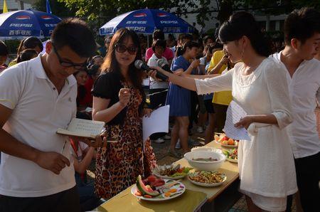 本次活动共有来自各系的12支队伍参赛,主要包括包饺子大赛,展板大赛